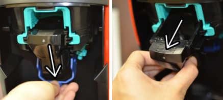 バリスタ本体内部の青いレバーを下げ、撹拌部を取り出しているところ