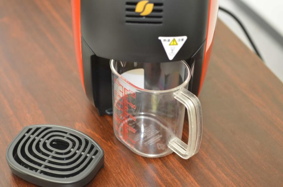 ネスカフェバリスタi(アイ)の注ぎ口に軽量カップを設置