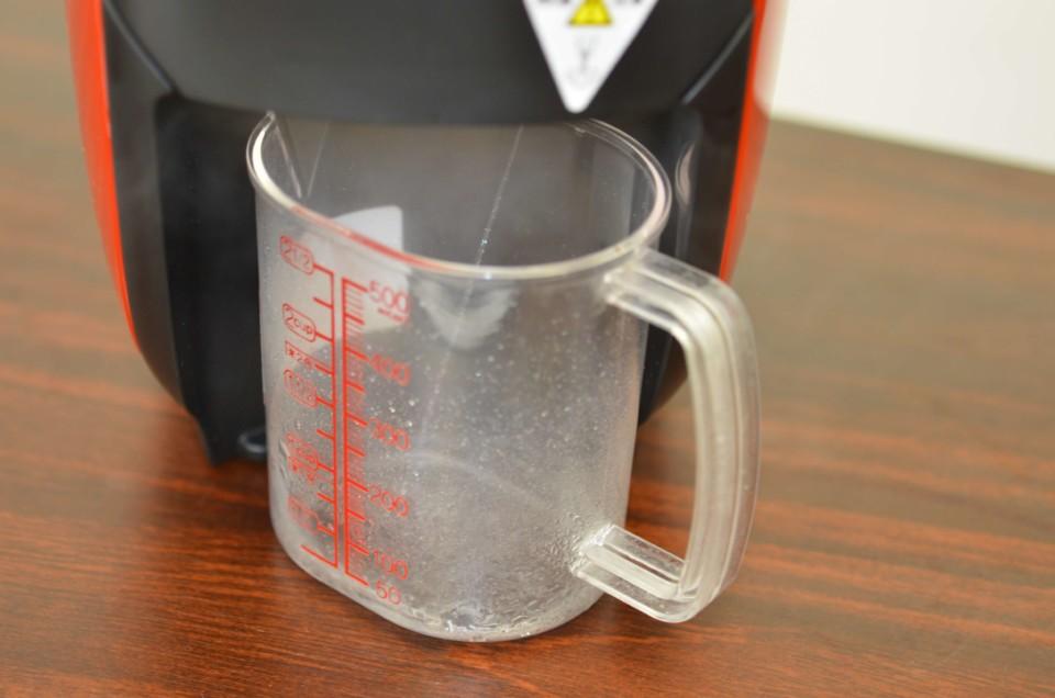 ネスカフェバリスタi(アイ)から軽量カップに熱湯が注がれている様子