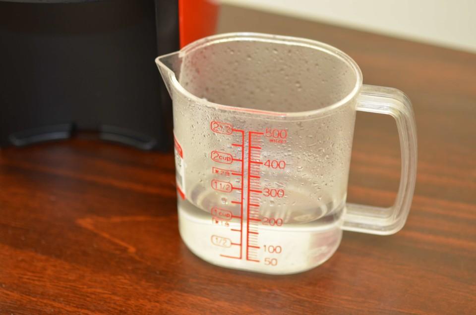 軽量カップの200mlのメモリまで水がはいっている