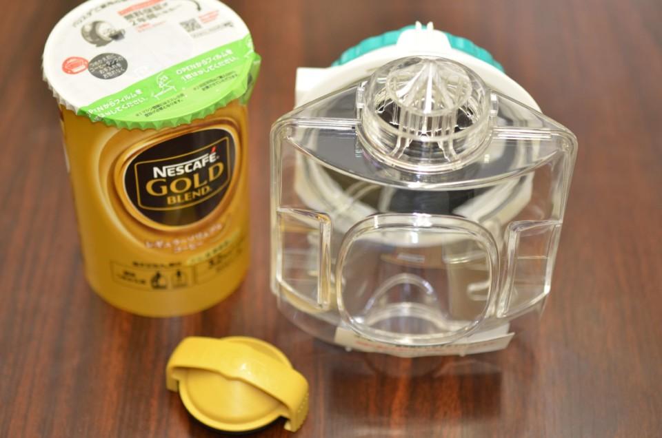 キャップ、タンク、コーヒーを並べた画像