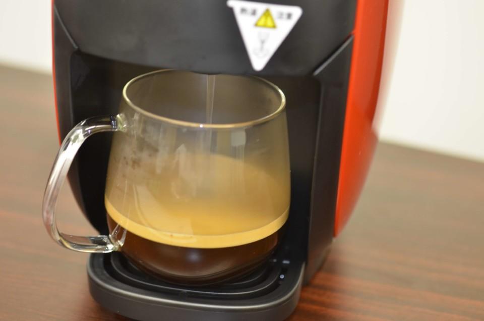 ネスカフェバリスタi(アイ)からカップにコーヒーが注がれている様子