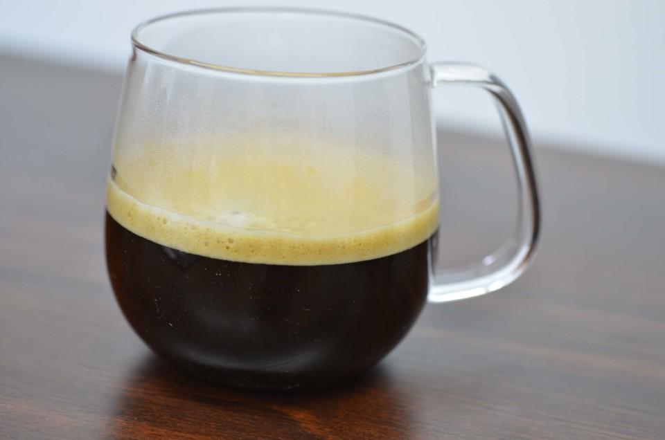 泡のたったコーヒーが入っているカップ