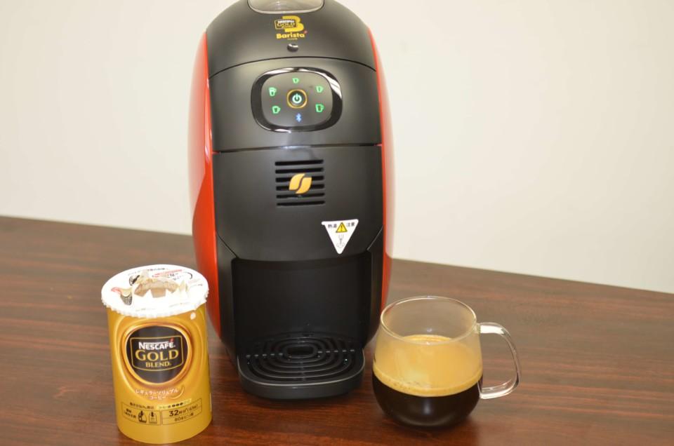 コーヒーの粉、出来上がったコーヒー、バリスタが並んでいるところ