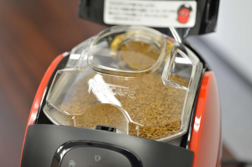 粉の入ったコーヒータンクが本体に取り付けられている画像