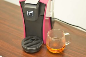 出来上がった紅茶とスペシャルT本体を並べている画像