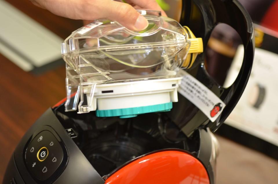 ネスカフェバリスタi(アイ)のコーヒータンクを取り出しているところ