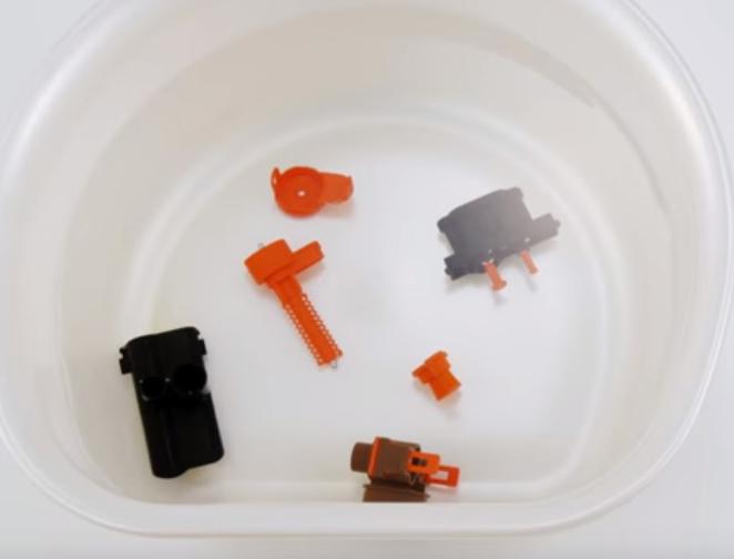 分解したクレマユニットを洗っているところ