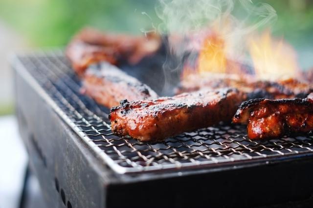 アウトドアで肉を焼いてるところ
